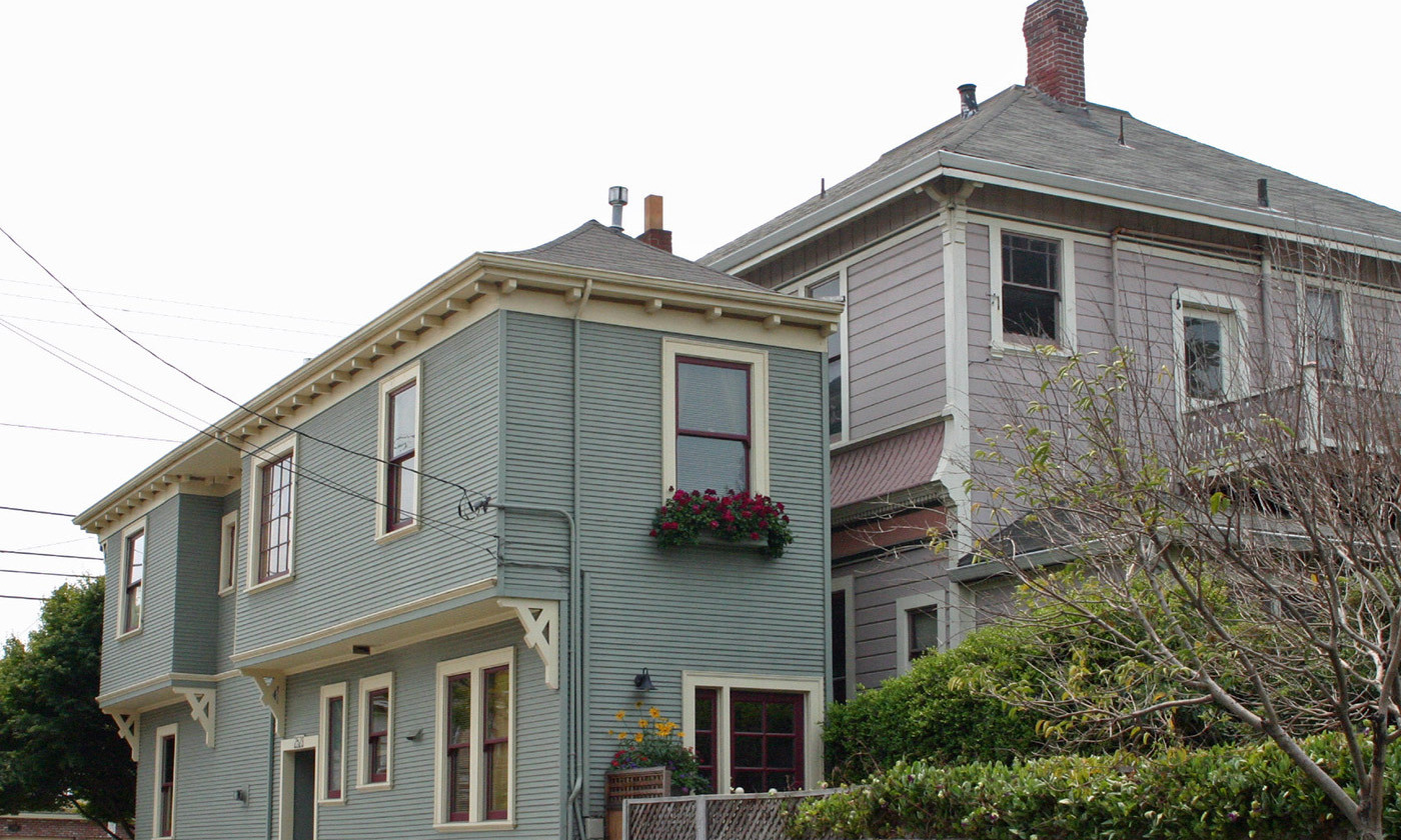 <p>The Alameda Spite House, California (1908). Disgruntled carpenter Charles Froling constructed the house on the thin strip of land that remained after the city, helped by his neighbour, requisitioned the plot for road building. <em>Photo by Elf/Wikimedia</em></p>