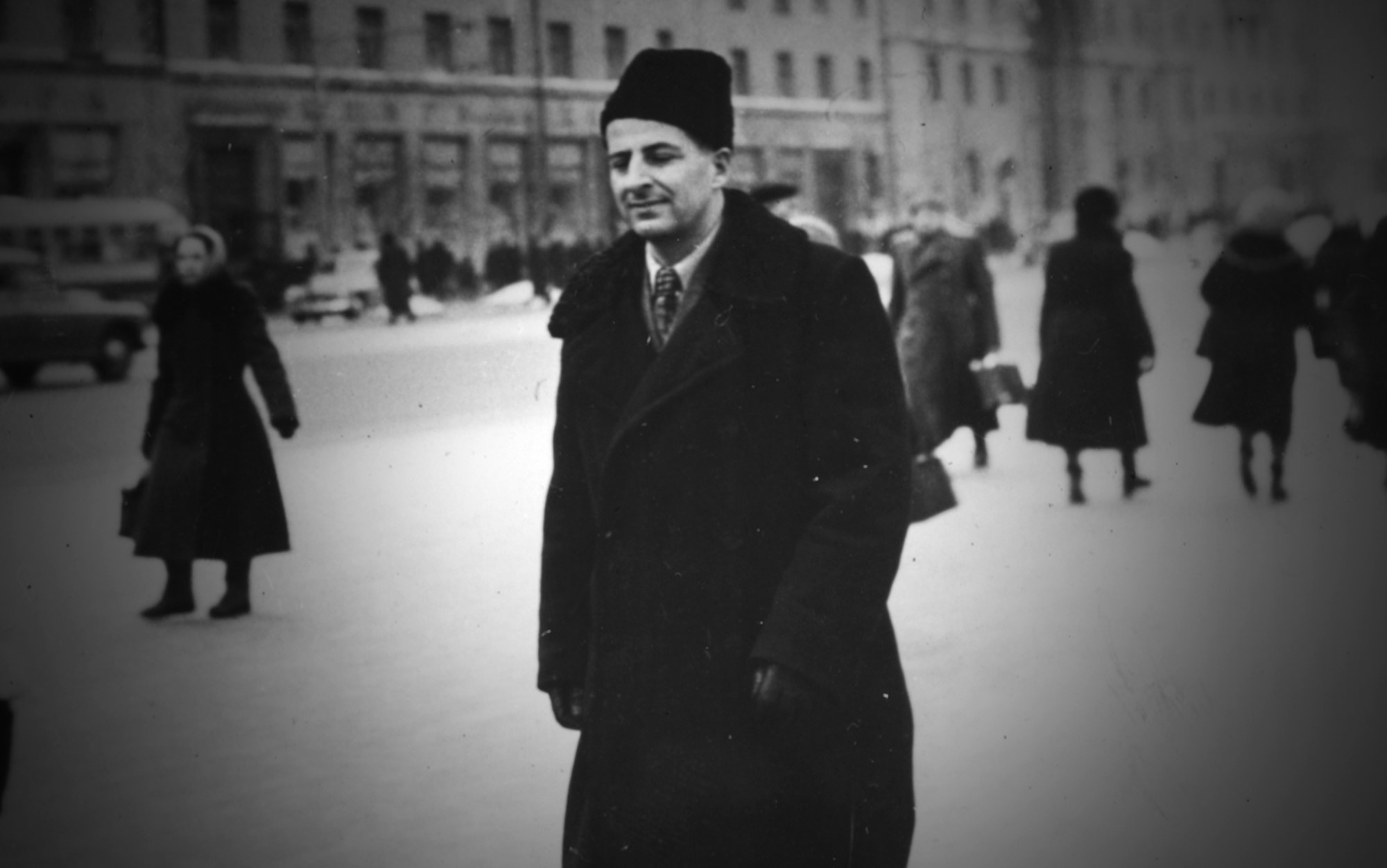 Resultado de imagem para Italian nuclear physicist Bruno Pontecorvo walks through the streets of Moscow following his defection to Russia, 12 March 1955. Photo by Hulton Archive/Getty Images